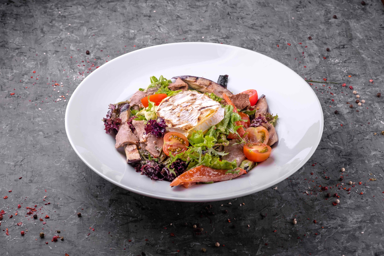 салат с телятиной и сыром камамбер